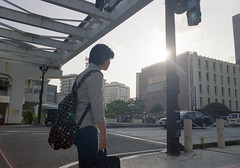 久茂地 歩くひと Naha-si, Okinawa (ymtrx79g ( Activity stop)) Tags: street color slr film japan analog nikon kodak 35mmfilm okinawa 135 沖縄 街 写真 銀塩 フィルム nikonnewfm2 那覇市 nahasi kodakultramax400 nikonaisnikkor28mmf28 歩行走行 walkandrun 201310blog