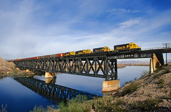 Eastbound at Topock (Moffat Road) Tags: railroad bridge arizona santafe train az coloradoriver freighttrain emd sd402 atsf coloradoriverbridge topock atchisontopekaanssantafe