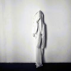 spoglie (mluisa_) Tags: mostra paris muro merci museo palaisdetokyo bottoni giacca pantaloni installazione davidebalula asole abitomaschilebianco