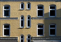 Wilhelminenstraße (Prinz Wilbert) Tags: guesswhere kiel guessedkiel guessedbywitzundverstand dreiecksplatz bergstrase damperhof schleswigholstein fassade facade mauerwerk brick pailted gelb grau yellow grey gray ornaments window windows germany prinzwilbert flickr