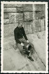 Archiv H515 Ausflug mit dem Radl nach Munster und Soltau, 1940er (Hans-Michael Tappen) Tags: archivhansmichaeltappen brckenbogen outdoor fotorahmen outfit knickerbocker kleidung abflussrohr 1940er 1940s