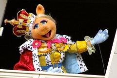 Yas Kween! (jordanhall81) Tags: miss piggy puppet muppet muppets king george queen show live america themuppets pig royal magic kingdom mk liberty square walt disney world wdw resort performer orlando florida lake buena vista entertainment amusement theme park