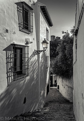 Calle del Albaycín (ManuelHurtado) Tags: countries places spain alhambra ancient andalusia arabic architecture balcony building castle city cityscape europe european facade granada historic house lamp medieval neighborhood quaint spanish tourism tower traditional travel urban white andalucía españa es
