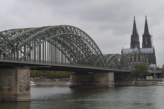 ber den Rhein (CoasterMadMatt) Tags: klnerdom2016 klnerdom klner dom colognecathedral2016 colognecathedral cologne cathedral kln2016 kln cologne2016 hohedomkirchestpetrus highcathedralofsaintpeter hohenzollernbrcke hohenzollernbridge hohenzollern bridge bridges rhein fluss riverrhine river rhine stadt city stdte grosstadt cities deutschestdte germancities architektur architecture buildings gebude deutschland germany d october2016 autumn2016 october autumn 2016 coastermadmattphotography coastermadmatt photos photographs nikond3200