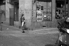 Cabestrillo y Moto (Joe Lomas) Tags: madrid street leica urban españa calle spain candid elderly m8 reality streetphoto urbano oldpeople urbanphoto ancianos realidad callejero viejos mayores robado terceraedad robados realphoto personasmayores fotourbana gentemayor viejecitos fotoenlacalle fotoreal photostakenwithaleica leicaphoto