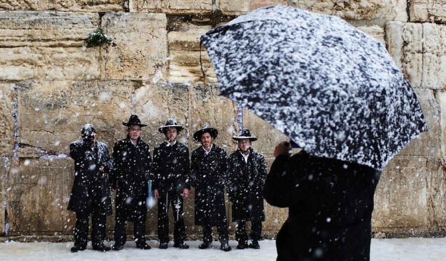 Ортодоксы фотографируются у Стены Плача в январе 2013. Фото: Берна Арманг, Associated Press