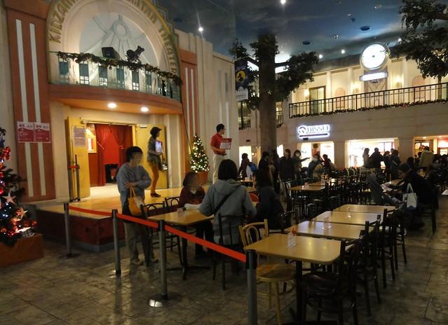 1階の中央広場にたくさんのテーブルスペースが設けられていま。|キッザニア甲子園