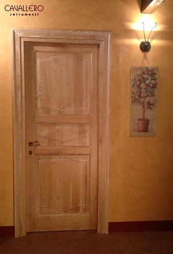 Porta interna decapata bianca con pannelli sagomati