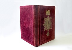 Red velvet binding (with gilded relief of Doge Grimani) of 'The Grimani Breviary' (Iian Neill) Tags: venice book velvet cameo venetian gilded basrelief doge gilding rarebook redvelvet tooling grimani breviary antiquarianbook finebinding velvetbinding velvetcover