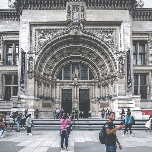 """""""V&A. TODAY"""" ... Good evening friends ✌️ #london @vandamuseum#museum#streetphotography#candid#selfie#architecture#tourists"""