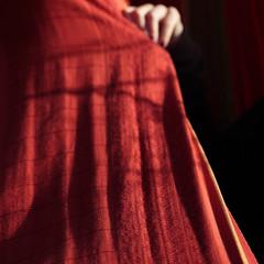 La corrida (Christelle Diawara) Tags: red macro girl rouge hand main hideandseek hidden 60mm fille cachecache cachée canon600d