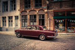 Old English ladies love Bruges... (Gilderic Photography) Tags: bruges rollsroyce brugge belgium belgique belgie street rue city ville old ancient charming gilderic 500d canon
