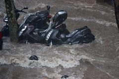 Noche de tormenta/ stormy night - Marbella (Nic lai) Tags: marbella málaga tormenta storm motos water