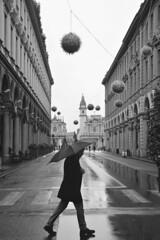 Passi bagnati - Wet steps. (sinetempore) Tags: passibagnati wetsteps uomo man ragazzo boy street torino turin viaroma biancoenero blackandwhite pioggia rain ombrello umbrella piazzasancarlo