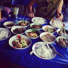 """ร้านนี้เป็นอีกหนึ่งร้านที่อยากรีวิวมาตั้งนานแล้วครับ ชื่อร้านข้าวแกง 200 ปี เมืองเพชรบุรี แต่ผมขอตั้งชื่อเองส่วนตัวแล้วกันนะครับว่า """"ข้าวแกงอันซีนอินไทยแลนด์"""" บนโต๊ะที่เห็นคือกับข้่าว 9 อย่าง ข้าวเปล่า 4 จาน ราคารวม 139 บาทครับ ถูกโคตร ๆ ในสภาวะเศรษฐกิจแบ"""
