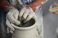 Tpferschule (davejohnhansen) Tags: kunst potter hobby vase freizeit ton hnde handwerk gestalten keramik tpfern gedreht tpferei kreativ drehscheibe formen drehen kunsthandwerk handarbeit tpferscheibe tpfer keramiker tpferkurs abdrehen drehenaufdertpferscheibe