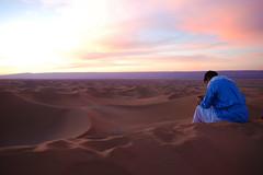 Tuareg & Sahara (Jeltsje W. Juhl) Tags: blue sunset sun sahara sonnenuntergang desert dunes mobilephone marocco blau redlight sonne wste tuareg dnen mhamid tunika normade bestcapturesaoi