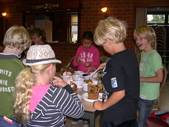 "zomerspelen 2011 koekhuisjes maken • <a style=""font-size:0.8em;"" href=""http://www.flickr.com/photos/125345099@N08/14248885818/"" target=""_blank"">View on Flickr</a>"