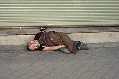 Mendigo, pantufla y persiana/Beggar, slipper and blind (Joe Lomas) Tags: madrid street leica urban espaa real calle spain blind candid homeless beggar persiana snooze reality streetphoto urbano slipper sueo mendigo suelo durmiendo urbanphoto realidad callejero robado durmientes realphoto pantufla pordiosero fotourbana fotoenlacalle fotoreal photostakenwithaleica leicaphoto sueourbano