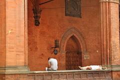 relax in Bologna (Vincenzo Elviretti) Tags: bologna riposo relax estate afa piedi turisti citt