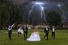 Mariage (◄Laurent Moulin photographie►) Tags: photo de mariage originale mariés et temoins qui courent attaque orage wedding