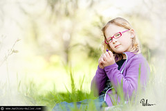 entendre mille couleurs (Mathieu Muller) Tags: portrait blur field kid blurry focus dof child outdoor minimal shallow enfant extrieur depth flou lumirenaturelle mathieumuller wwwmathieumullercom