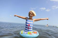 På stranden (Anders Sellin) Tags: sea beach strand skåne sweden baltic sverige semester hav sommar östersjön österlen simma sandbacka