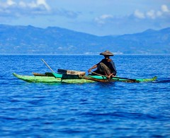 Fisher Man 🎣 Philippines (Audrey.Hell) Tags: green blue bleu pecheur asiedusudest roadtrip travel philippin woodboat mer poisson bateau ile island sea ocean philippines asia asie people fisherman