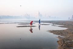 MYI_6135 (yaman ibrahim) Tags: india agra nikon d3 tajmahal yamuna morning water saree mis misty