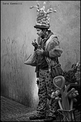 Pausa pranzo (sara_gambelli) Tags: street portrait people bw streetart blackwhite nikon streetphotography buskers streetphoto ritratti biancoenero reportage artistidistrada nikond7000