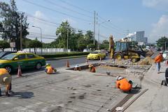 road work (the foreign photographer - ) Tags: road work thailand workmen bangkok front loader bangkhen phahoyolthin