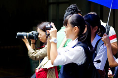 People to Shoot a Panda at Ueno Zoo :  (Dakiny) Tags: 2016 autmn september japan tokyo taito ueno outdoor city street park uenopark zoo uenozoo people group portrait girl younggirl camera woman bokeh nikon d7000 sigma apo 70200mm f28 ex hsm apo70200mmf28exhsm sigmaapo70200mmf28exhsm nikonclubit