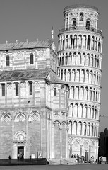 PISA DUOMO E TORRE PENDENTE (patrick555666751) Tags: pisaduomoetorrependenteblackandwhite pisa duomo e torre pendente pise et cathedral cathedrale tour penchee italie italia italy europa toscany toscane noir blanc black and white preto branco blanco y negro bianco nero schwarz und weiss toscana i negre tower europe flickr heart group