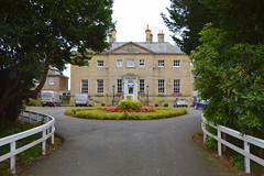 Queenshead Hotel, Kelso (Tony Worrall) Tags: kelso scotland scottish north country place visit area county attraction open stream tour scots borders uk tourist town queensheadhotel architecture building built driveway grand hotel house stay