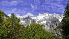 (robbar74) Tags: courmayeur valledaosta montagna cielo bluesky nuvole clouds italy cimeinnevate natura nature montebianco