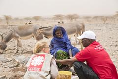 In der Wste Chalbi nahe des Tiefbrunnens El Besso (Caritas international) Tags: katastrophenvorsorge drre hungermangelernhrung hungerbekmpfung lndlicherraum personenmitarbeiter caritasinternational visibility chalbi marsabit kenia ken
