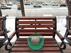 клубок в клубочнице на лавочке на Садовом | a yarn ball in a yarn bowl on a street bench (Horosho.Gromko.) Tags: basket yarn street moscow bench yarnbowl пряжа клубок клубочница улица дорога москва скамейка