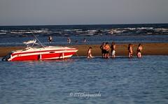 Tertulia en la otra banda. (Carmen T. Chaguaceda) Tags: azul mar agua barcos huelva verano playas elportil