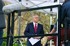 Huw Edwards presenting from the gardens outside the Houses of Parliament (Scorpions and Centaurs) Tags: england sky news london westminster buildings media politics lawn housesofparliament cameras bbc politicians labour interview radio4 channel4 tories libdems newsanchor huwedwards queensspeech