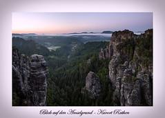 Blick auf den Amselgrund (Rico Richter) Tags: nebel gans sonnenaufgang wetter bastei felsen schsischeschweiz rathen blauestunde hllenhund tafelberge landschaftsfotografie gamrig amselgrund