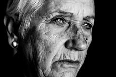 Lo que esos ojos han visto (Pirata Larios) Tags: portrait canon serious retrato blueeyes thinking expressive oldwoman dslr anciana seria grayhair whitehair hoary pensativa arrugas ojosazules canosa peloblanco 60d expresivo carloslarios