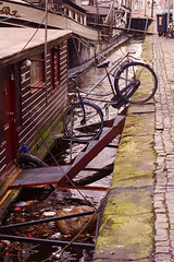 Schrges Fiets (Maxi Winter) Tags: city water netherlands bike metal boats 50mm boat canal wasser bokeh stones houseboat boote quay steine sidewalk waste groningen anleger february citycenter zentrum metall mll fahrrad houseboats schiffe innenstadt februar mauer niederlande gracht hausboot gehweg kaimauer quaywall landingpier