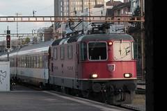 SBB Lokomotive Re 4/4 II 11194 ( Hersteller SLM Nr. 4756 - BBC MFO SAAS - Baujahr 1969 ) am Bahnhof Basel SBB im Kanton   Basel Stadt der Schweiz (chrchr_75) Tags: albumzzz201610oktober christoph hurni chriguhurni chrchr75 chriguhurnibluemailch oktober 2016 hurni161018 bahn eisenbahn schweizer bahnen zug train treno albumbahnenderschweiz2016712 albumbahnenderschweiz schweiz suisse switzerland svizzera suissa swiss albumsbbre44iiiii lok lokomotive sbb cff ffs schweizerische bundesbahn bundesbahnen re44 re 44