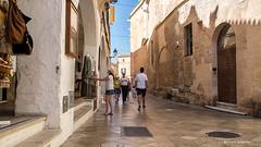 2229  Una calle de Ciutadella, Menorca, Islas Baleares (Ricard Gabarrs) Tags: calle rue street ciudad ciutadella gente edificios ricardgabarrus paseo olympus ricgaba