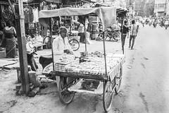 El carrito (Nebelkuss) Tags: india gwalior bw blancoynegro blackandwhite callejeras street monocromo momentos moment ladrondemomentos instantes instant instantsthieve elzoohumano thehumanzoo fujixpro1 fujinonxf23f14