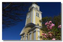 Rund um den Kirchturm (Mariandl48) Tags: kirchturm wenigzell rosen blauerhimmel bume strucher steiermark austria