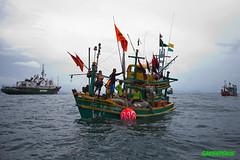 เรือเอสเพอรันซาพร้อมฝูงเรือประมงนับร้อยปักเขต 'แนวรั้วทะเล' ประกาศเขตอนุรักษ์ครั้งแรกของไทย