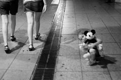 (John Rios A.) Tags: barcelona auto street people urban bw white black 35mm john nikon bcn personas urbano f28 rios nikkors d5000