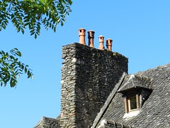 Casse-tête pour le Père Noël (Daniel Biays) Tags: toiture cheminée conques aveyron lauzes chienassis faîtage lanternesdecheminée