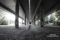 Bridge I (Rainer Topf) Tags: auto street city bridge urban germany deutschland photography photo highway foto fotografie frankfurt strasse autobahn stadt topf visual brcke rainer visualart darkcity